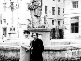 Львів'янки біля фонтану Діани