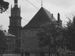 Вид з вулиці Лисенка на Порохову вежу та вежу Корнякта