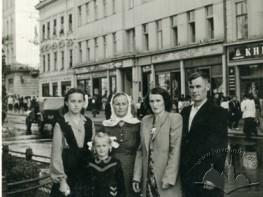 Сімейний портрет на проспекті Свободи