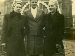 Жінки перед Оперним театром