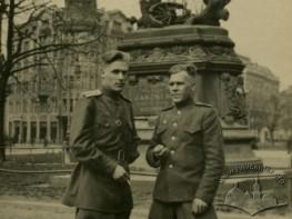 Радянські військові біля пам'ятника Яну ІІІ Собеському