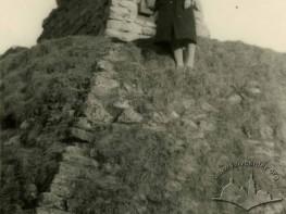 Жінка біля фрагмента давнього замку в парку Високий замок