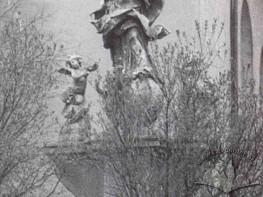 Figura Maryi Panny obok kościoła Matki Boskiej Śnieżnej