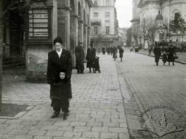 Жінка з дитиною біля театру ім. М. Заньковецької