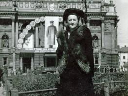 Жінка перед Оперним театром