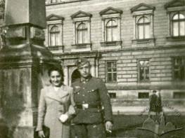 Niemiecki wojskowy na tle Uniwersytetu Lwowskiego