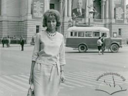 Жінка біля Оперного театру
