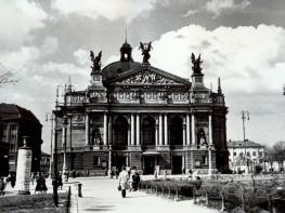 Вид на оперний театр та Гетьманські вали